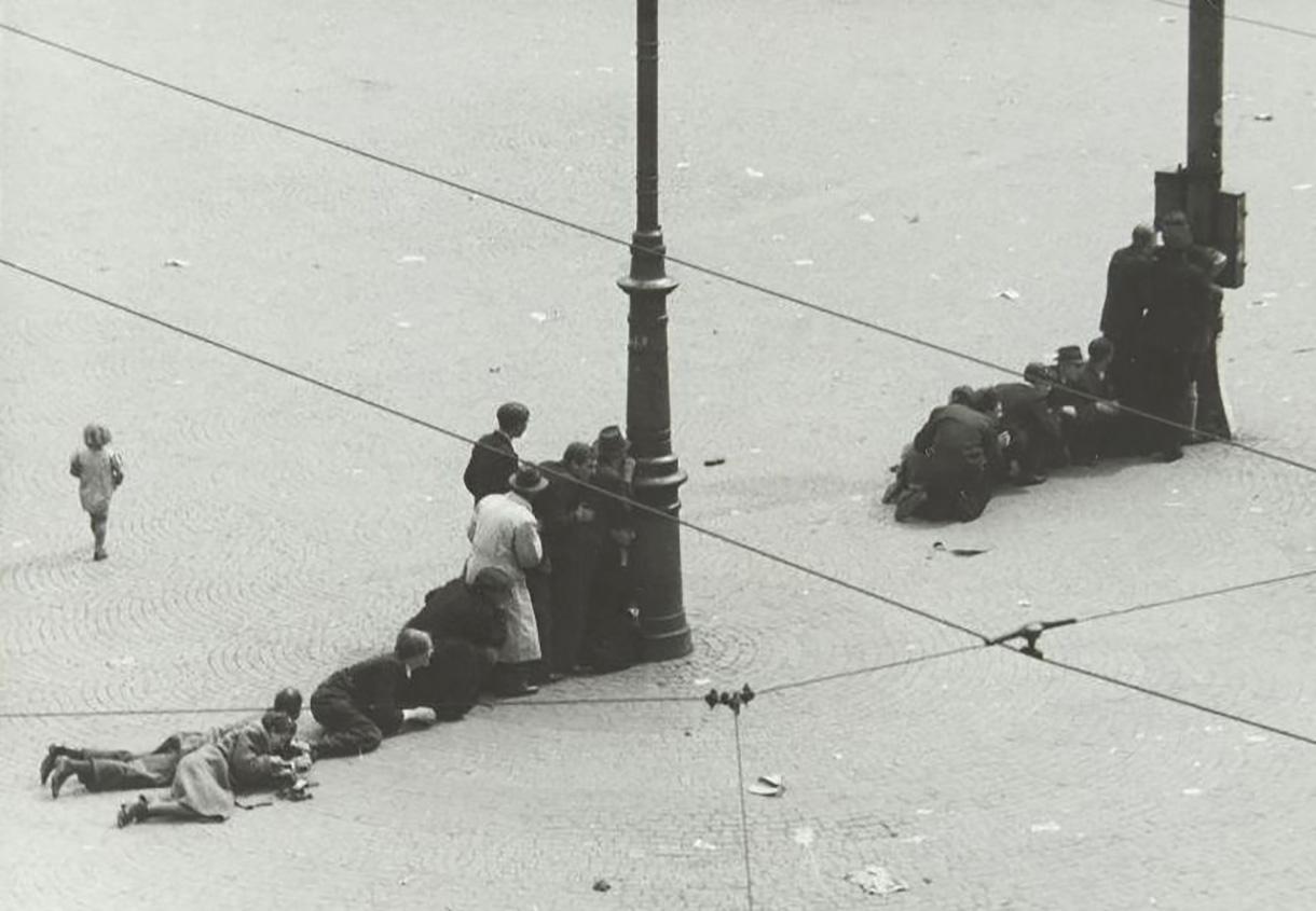 Schietpartij op de Dam, Mensen zoeken dekking, een klein kind loopt verloren rond