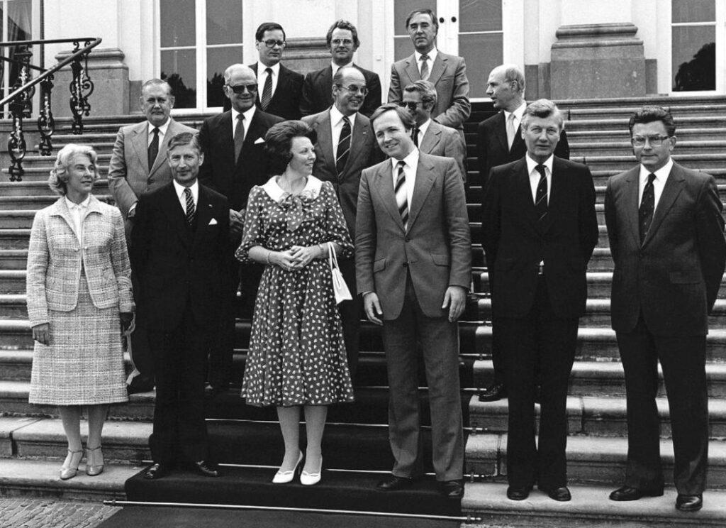 Bordesfoto van het Kabinet-Van Agt III bij Huis ten Bosch, 29 mei 1982
