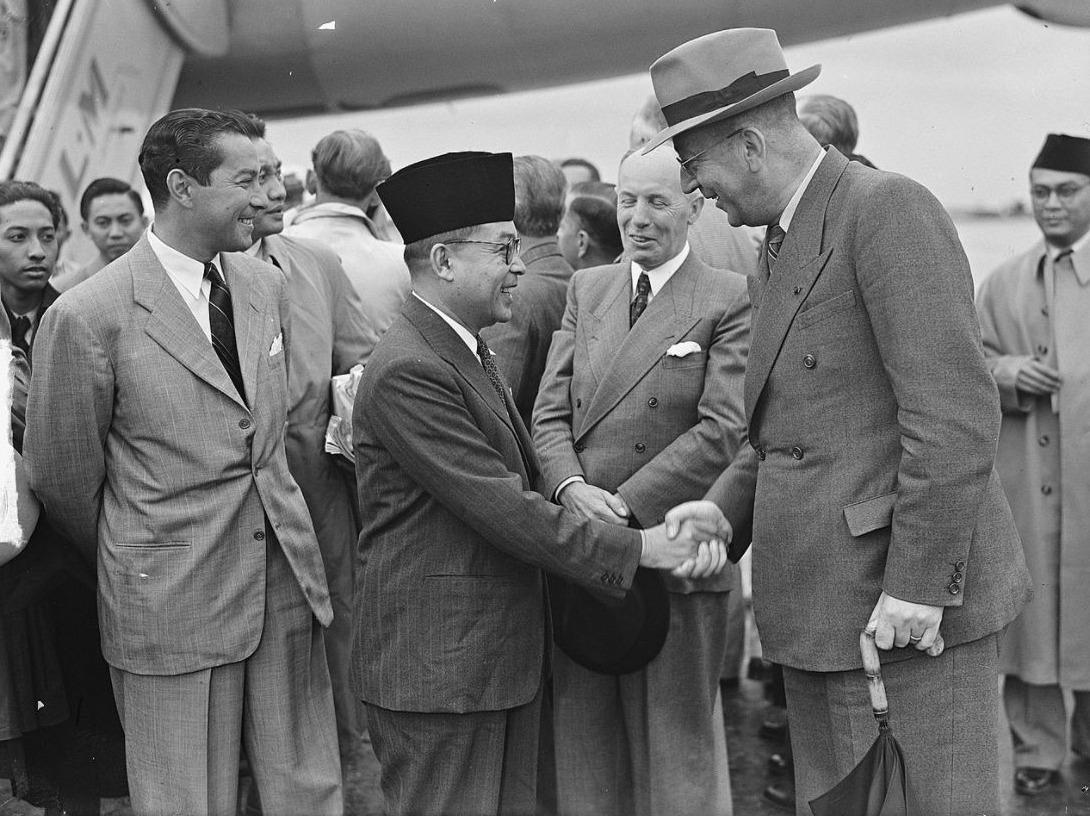Aankomst Mohammed Hatta met Minister Van Maarseveen, 11 augustus 1949