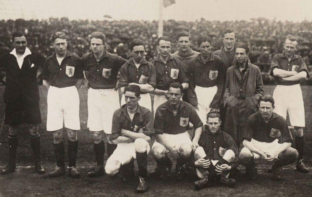 Nederlands elftal voor de interland België - Nederland (1-1), gespeeld op 27 april 1924 - Jan de Natris onder, tweede van links