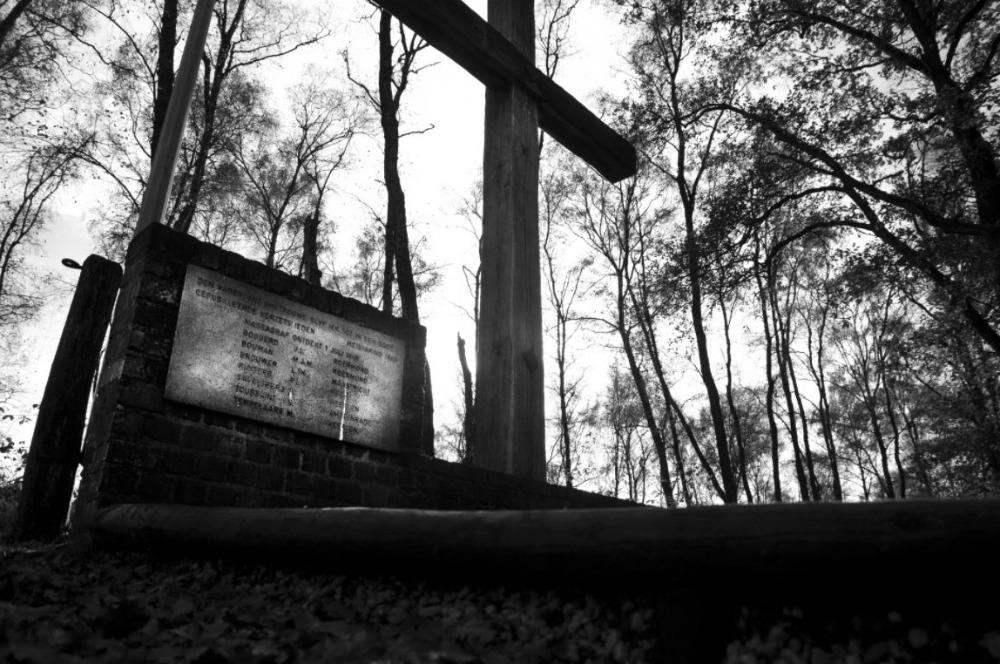 Massagraf van gefusilleerde verzetsstrijders die deelnamen aan de April-meistaking in Limburg, ontdekt op 1 juli 1948