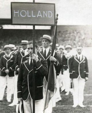 Bokser Sam Olij, vaandeldrager van de Nederlandse ploeg tijdens de Olympische Spelen van 1928.