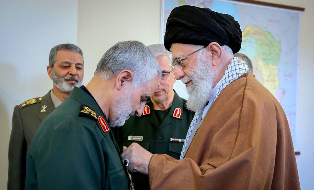 Soleimani ontvangt de 'Order of Zolfaghar' van ayatollah Ali Khamenei