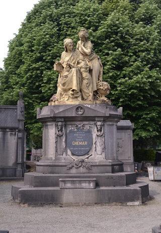 Het grafmonument van de familie Ghémar op het kerkhof van Laken met een beeldhouwwerk van Carrier-Belleuse