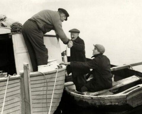 Een Parlevinker. Melkboer Gerrit uit Oude Wetering bezorgt flessen melk aan boord van een schip, 1930