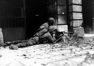 Infanterie in gevecht met Duitse troepen in Aken, oktober 1944