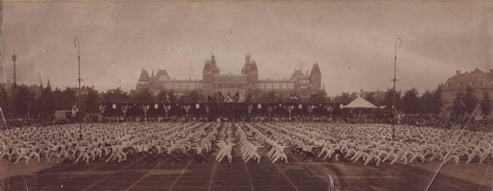 Turnfeest Koninklijk Nederlands Gymnastiek Verbond KNGV 1908 Amsterdam achter het Rijksmuseum. Bron: Documentatiecentrum KNGU