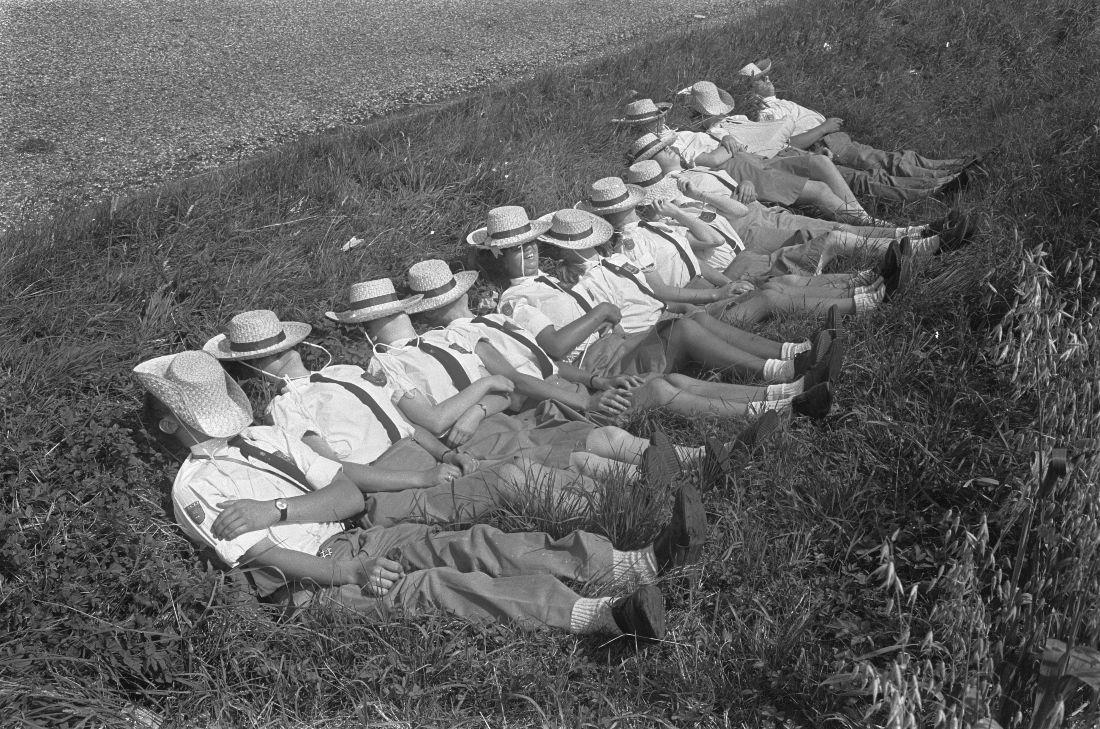 Uitrusten tijdens de Vierdaagse van Apeldoorn, 1967