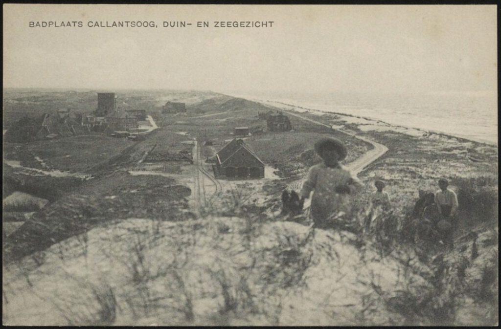 Kijkje vanaf een duintop in zuidelijke richting. Op de achtergrond het silhouet van de Groote Villa (Historische Vereniging Callantsoog).