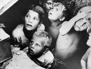 Sovjet-kinderen tijdens een luchtaanval in de eerste oorlogsdagen (24 juni 1941) nabij Minsk