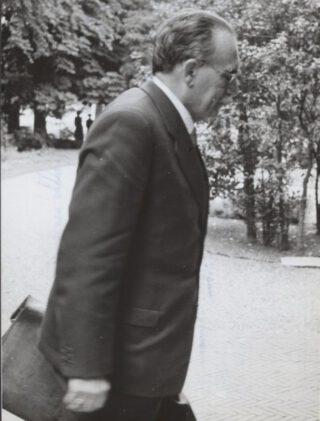 Formateur Drees op 12 juli 1956 bij het kabinet voor Algemene Zaken aan Plein 1813 in Den Haag.