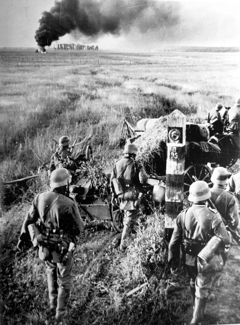 Duitse troepen passeren de grens van de Sovjet-Unie