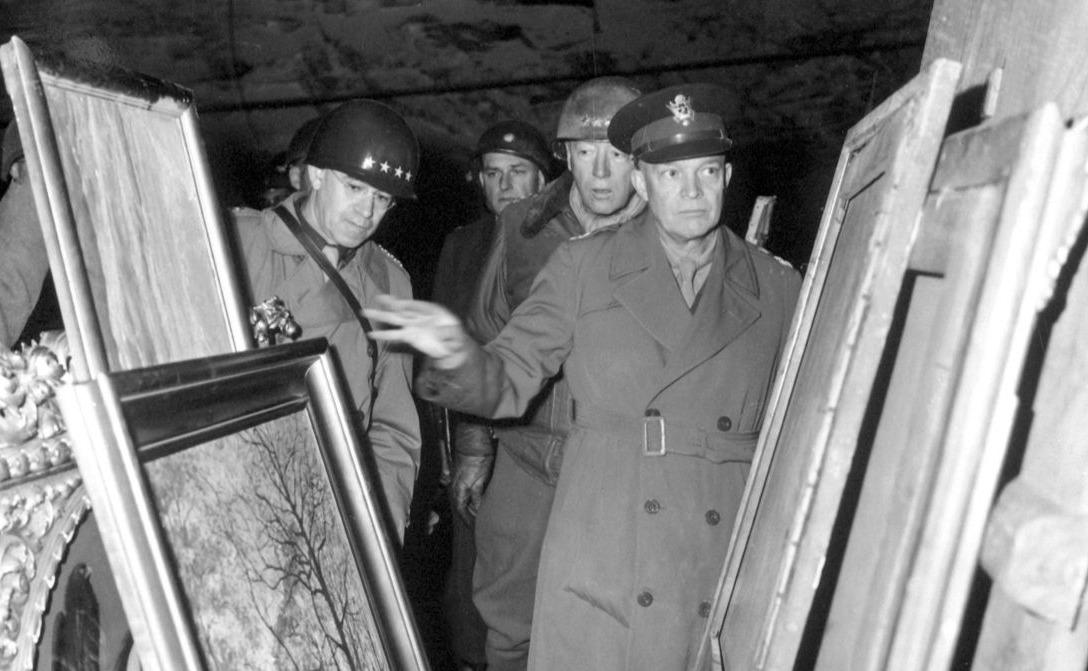 Generaal Dwight D. Eisenhower e.a. inspecteren in 1945 teruggevonden kunstschatten in een Duitse zoutmijn