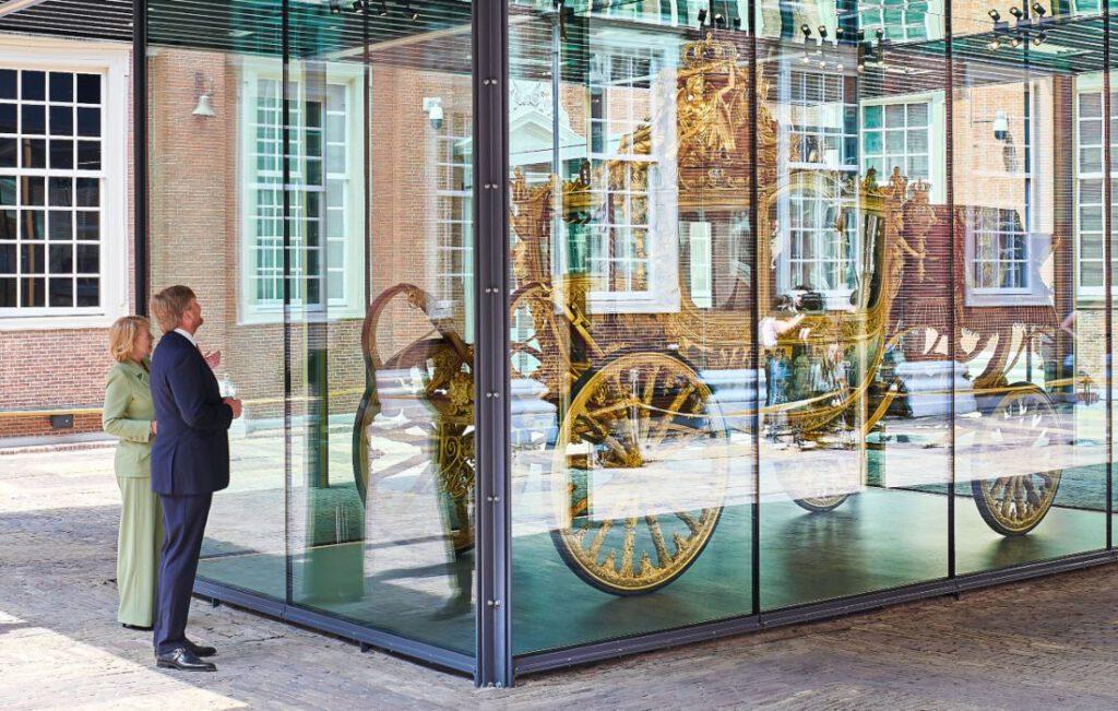 Koning Willem-Alexander bij de Gouden Koets tijdens de opening van de tentoonstelling
