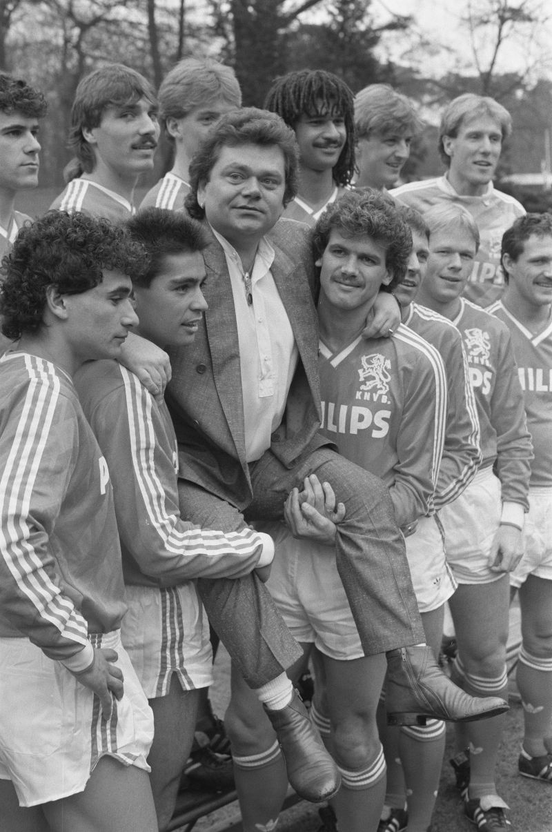 Selectie van het Nederlands elftal in Zeist, samen met Andre Hazes, 21 maart 1988