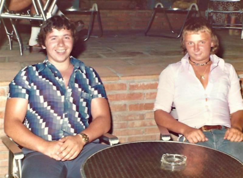 Jan Boellaard en Cor van Hout op een terras in Joegoslavië, 1975