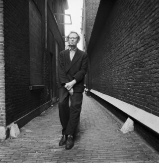Jan Schoonhoven in Delft (1969), gezien door Lothar Wolleh