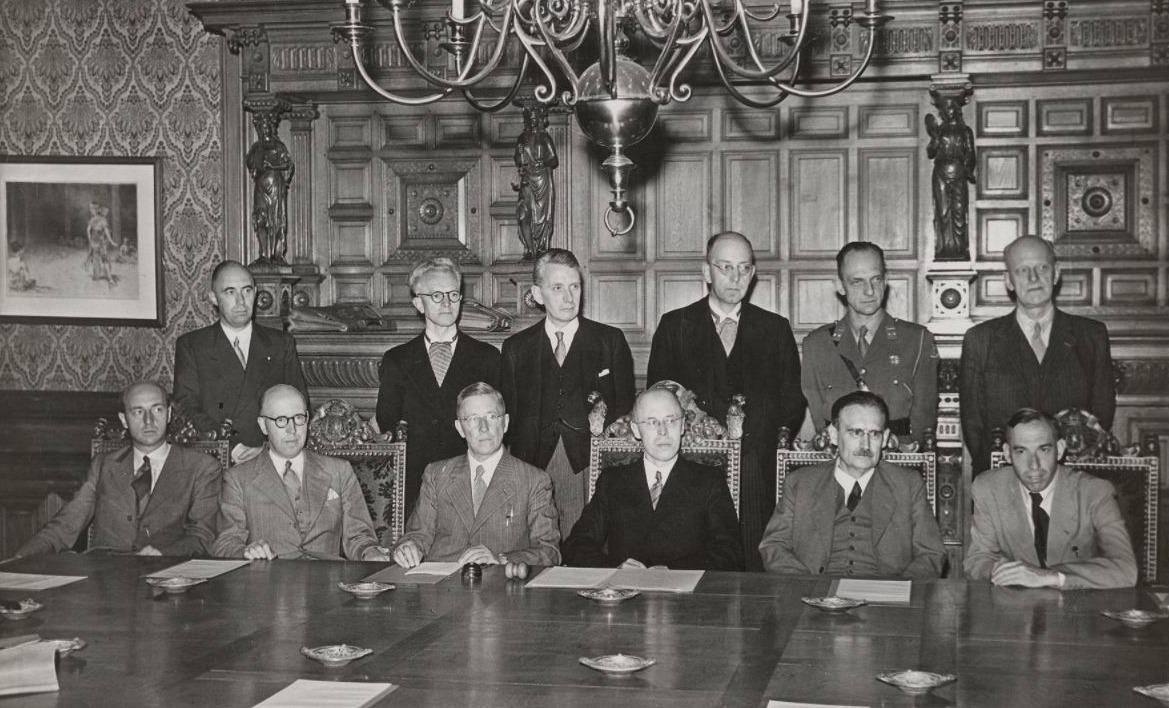 De ministers van het kabinet-Beel I in de Blauwe Zaal op 3 juli 1946