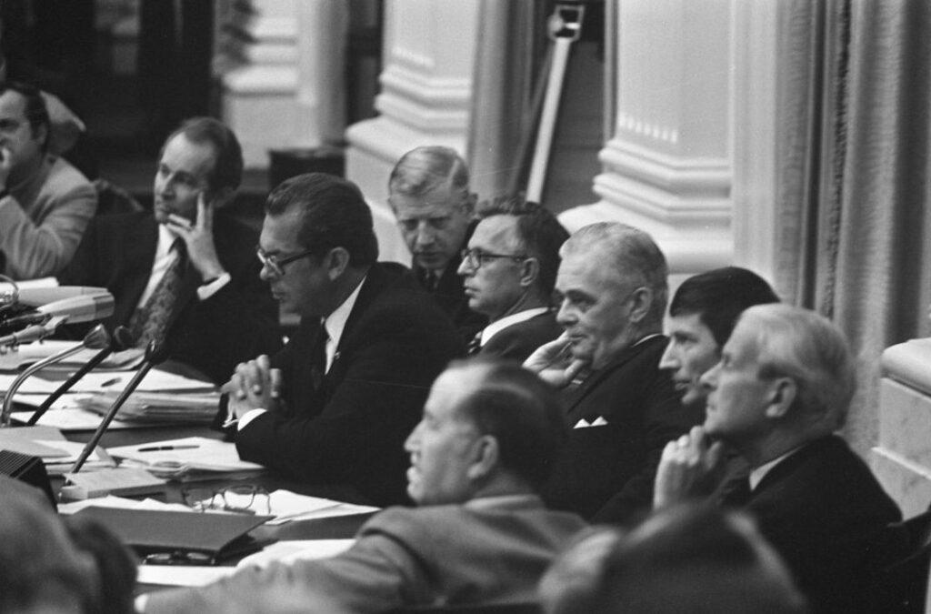 Een deel van het kabinet-Biesheuvel II, met als spreker minister-president Biesheuvel tijdens een debat in de Tweede Kamer op 17 augustus 1972