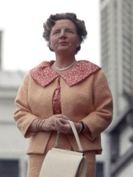 Koningin Juliana op haar 50ste verjaardag tijdens het bloemendefilé op Koninginnedag 1959