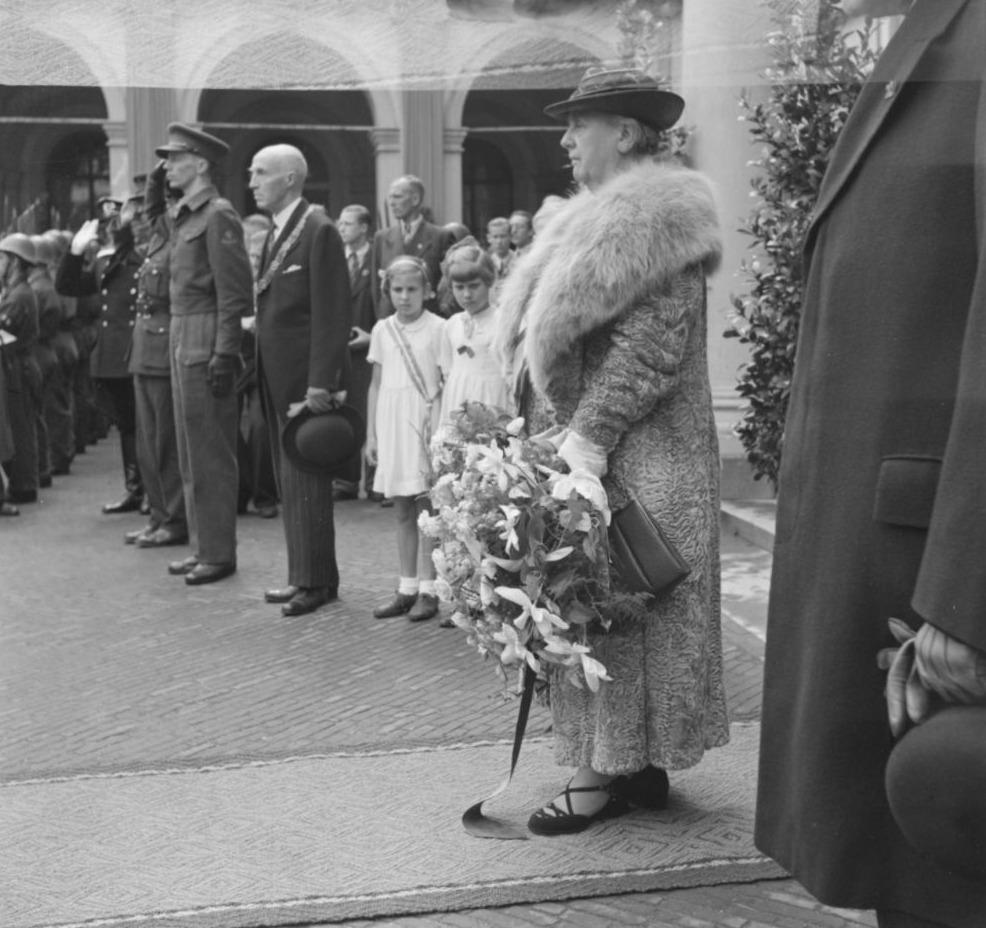 Koningin Wilhelmina, in juli 1945 teruggekeerd in Den Haag, voor Paleis Noordeinde. Het jaar daarop zou ze nog één kabinetsformatie begeleiden.