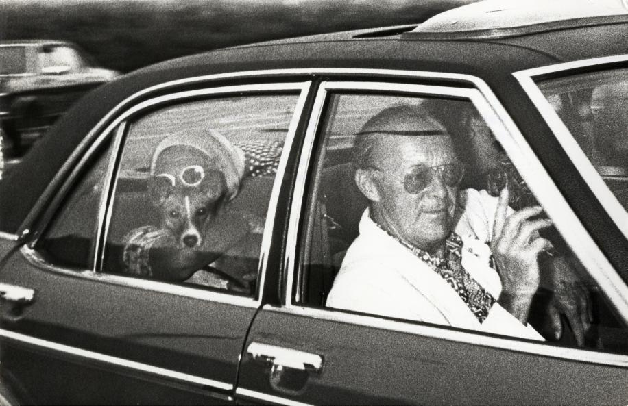 Prins Bernhard keert in augustus 1976 vanuit Italië terug op Paleis Soestdijk  omdat minister-president Joop den Uyl in het Nederlandse parlement de resultaten van de Commissie van Drie bekend gaat maken. Achterin koningin Juliana met het hondje Zara.