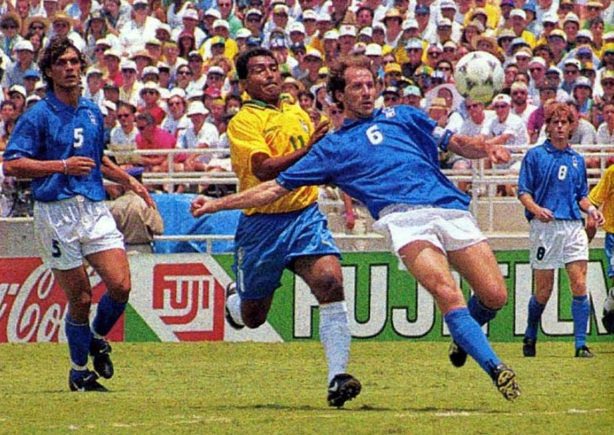 Romario in duel met Franco Baresi tijdens de WK-finale van 1994