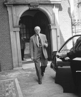 Romme op het Binnenhof tijdens de formatie van 1956: strafbankje.