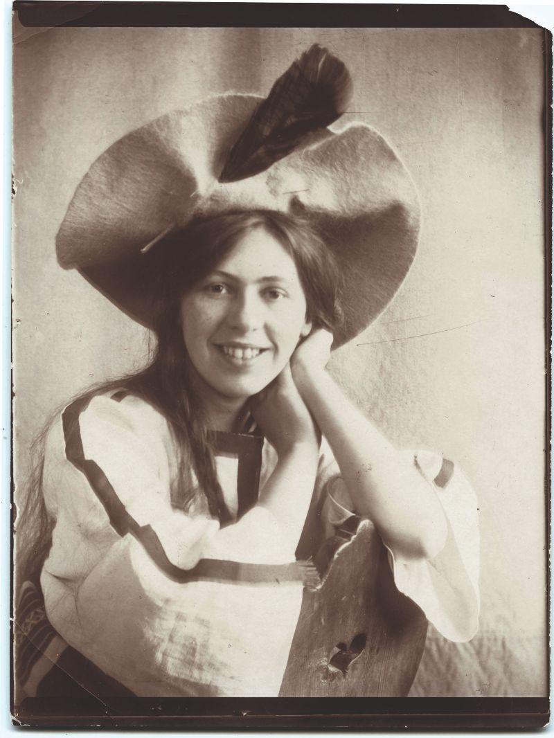 Sophie Taeuber met verenhoed, 1906 - Vintage-druk, 12 × 9 cm - © Aargauer Kunsthaus, Aarau