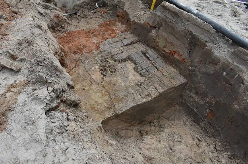De ongebakken stenen van een middeleeuwse veldoven. Het rode baksteengruis is afkomstig van een latere veldoven. (foto: Erfgoed gemeente