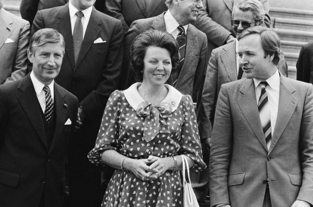 In mei 1982 was het kabinet-Van Agt III een feit. Hier koningin Beatrix op de trappen van Huis ten Bosch tussen (links) Van Agt en (rechts) Terlouw.