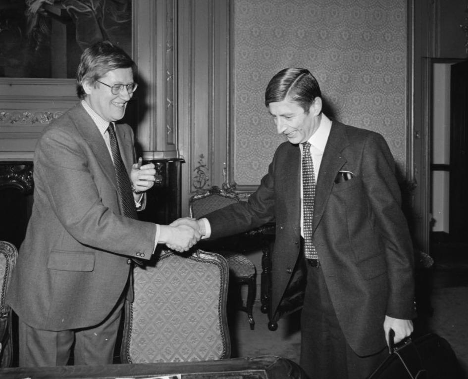 Van Agt (rechts) en Wiegel tijdens de formatie van 1977. Ze kwamen tot een akkoord en sloten de grote verkiezingswinnaar, de PvdA, buiten.
