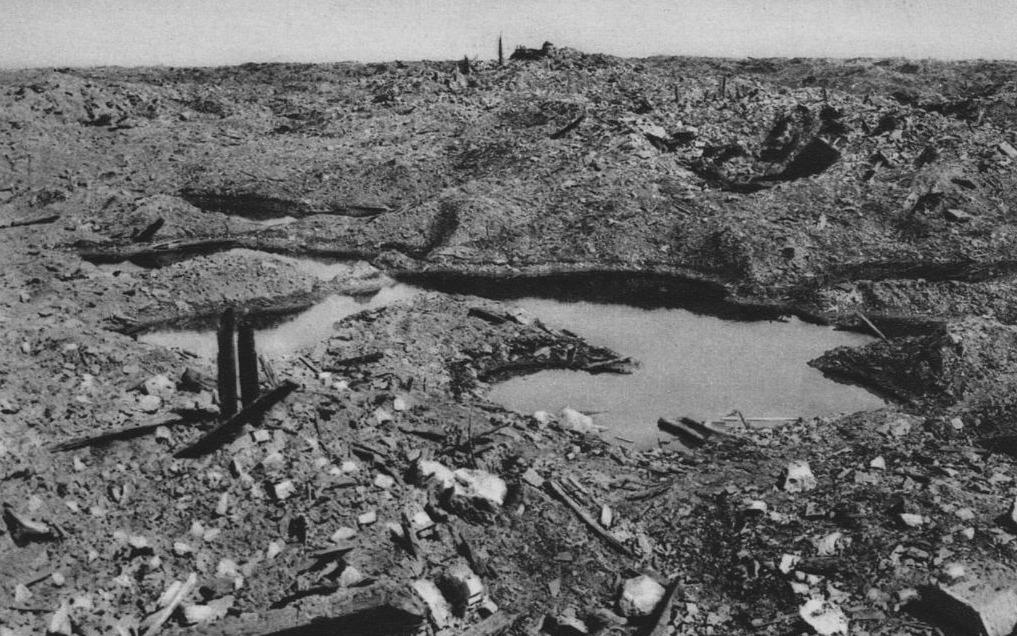 Verwoest landschap bij het voormalige Franse dorp Vaux-devant-Damloup, 26 april 1917
