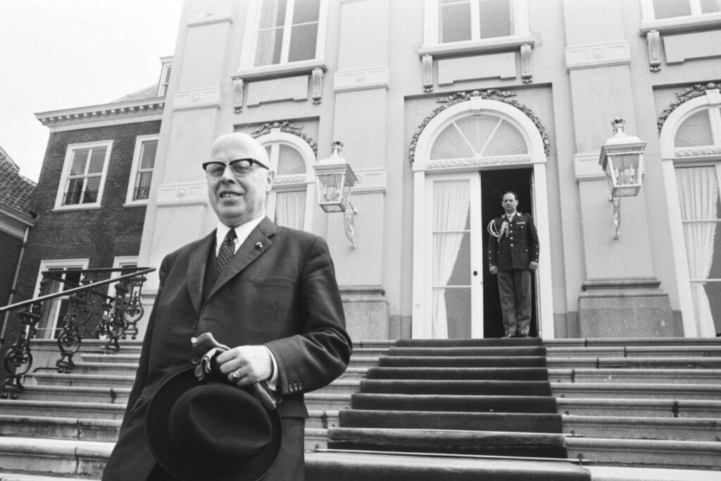 Beel, dan vicepresident van de Raad van State, verlaat Huis ten Bosch tijdens de formatie van 1971.