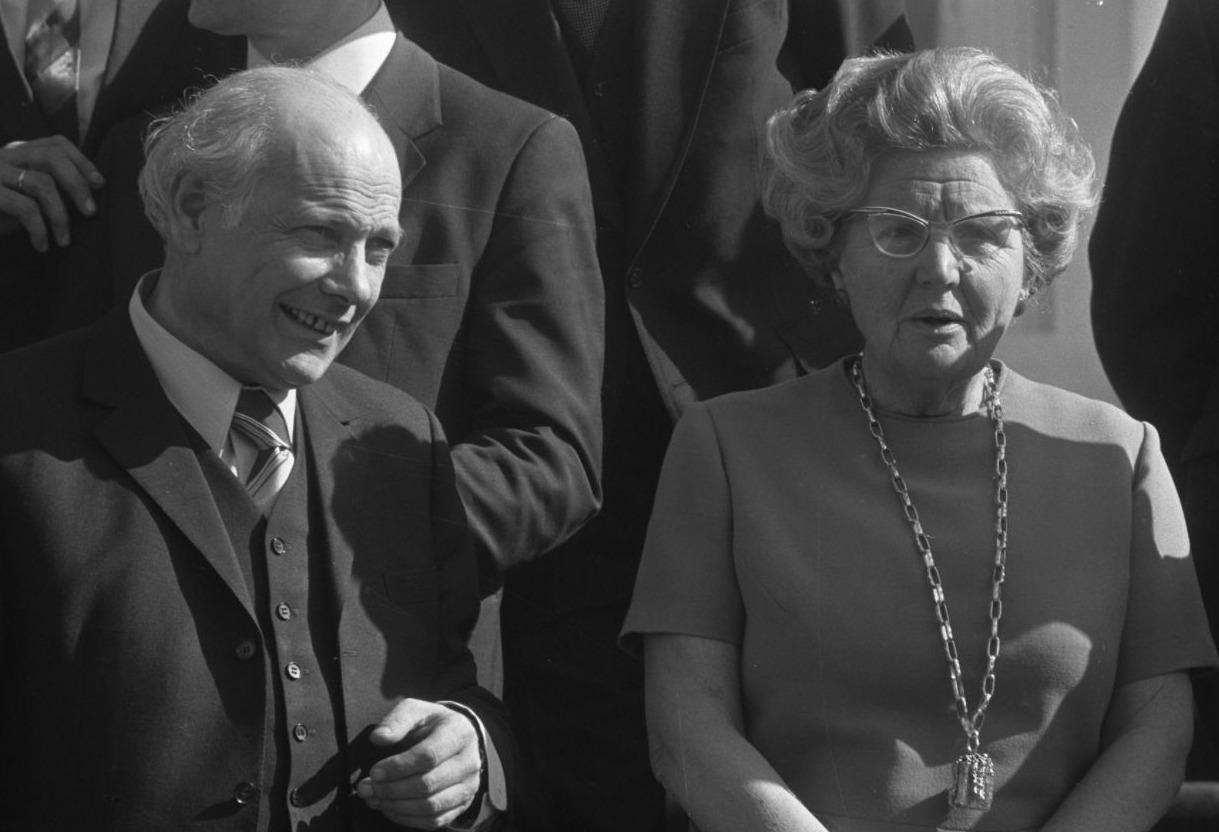 Premier Den Uyl en koningin Juliana in 1973 tijdens de bordesscene op Huis ten Bosch.