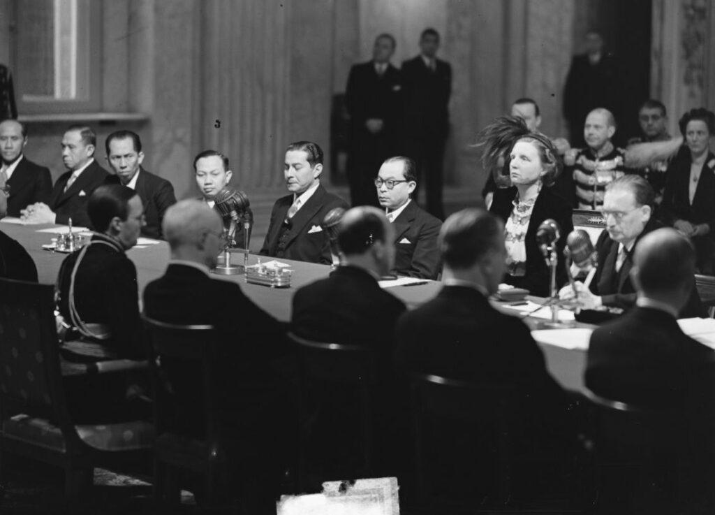 Juliana was in 1948 koningin geworden, Drees (rechts) minister-president. Eind december 1949 droegen ze in het Paleis op de Dam de soevereiniteit in de Oost over aan Indonesië.