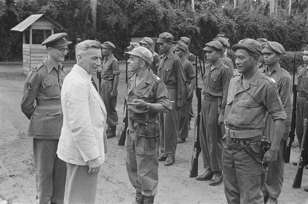 Menteri Nehru saat berkunjung ke Sumatera.  Inspeksi Pengawal Yang Terhormat