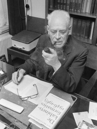 Oud in december 1966, met op zijn bureau het formatieboek van Duynstee.