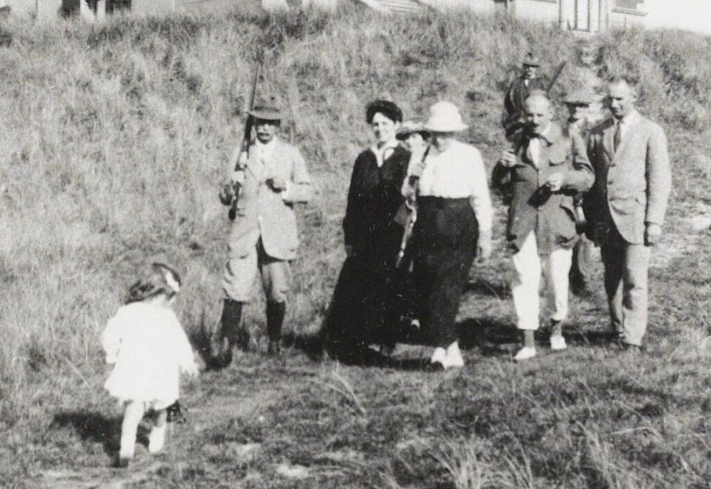 Omstreeks 1920. Familie Van de Poll met als tweede van links Charles Frederik (met jachtgeweer) en als vierde van links zijn vrouw Eugenie. Achteraan (met jachtgeweer) jachtopziener Jan van Honschooten (Historische Vereniging Callantsoog)
