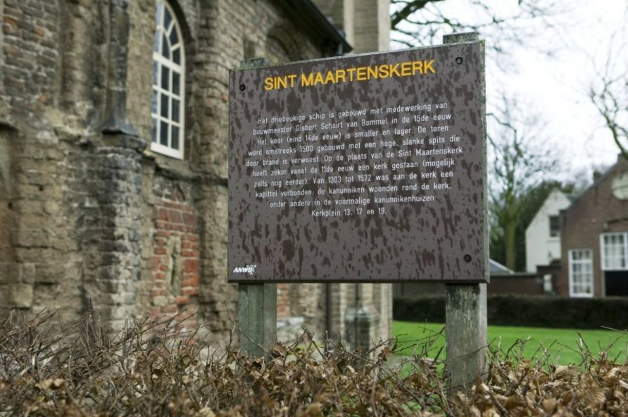 ANWB-bord naast een kerk in Zaltbommel