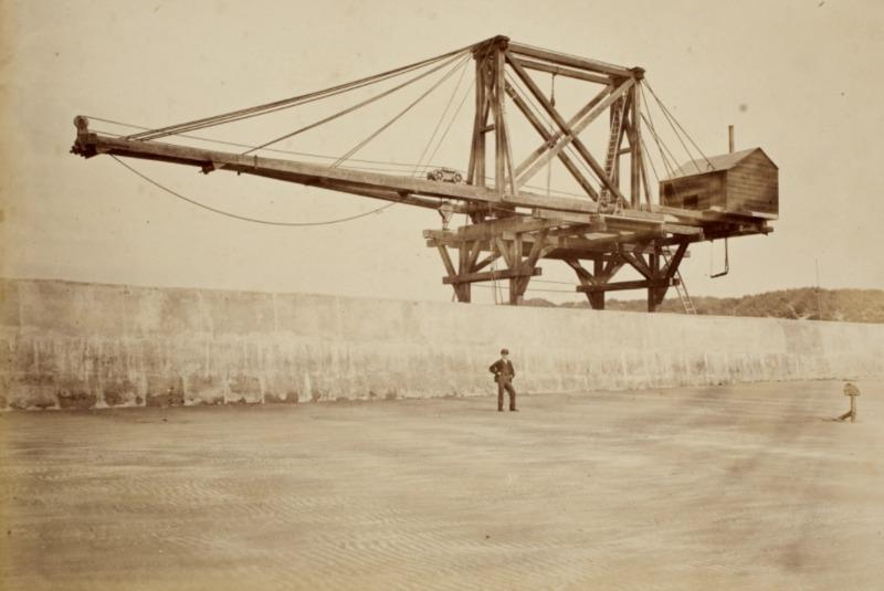 Aanleg Noordzeekanaal, de bouw van de havenhoofden bij IJmuiden. Het Zuiderhoofd met borstwering en de kraan Titan tot stelling van blokken, 1871. Foto: Pieter Oosterhuis (Koninklijke Verzamelingen)