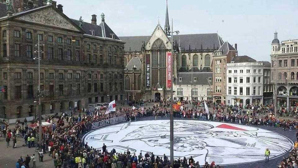 Actie op de Dam in Amsterdam met een hele grote versie van het oude logo
