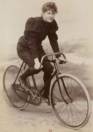 Amélie Le Gall op een Gladiator-fiets uit 1896