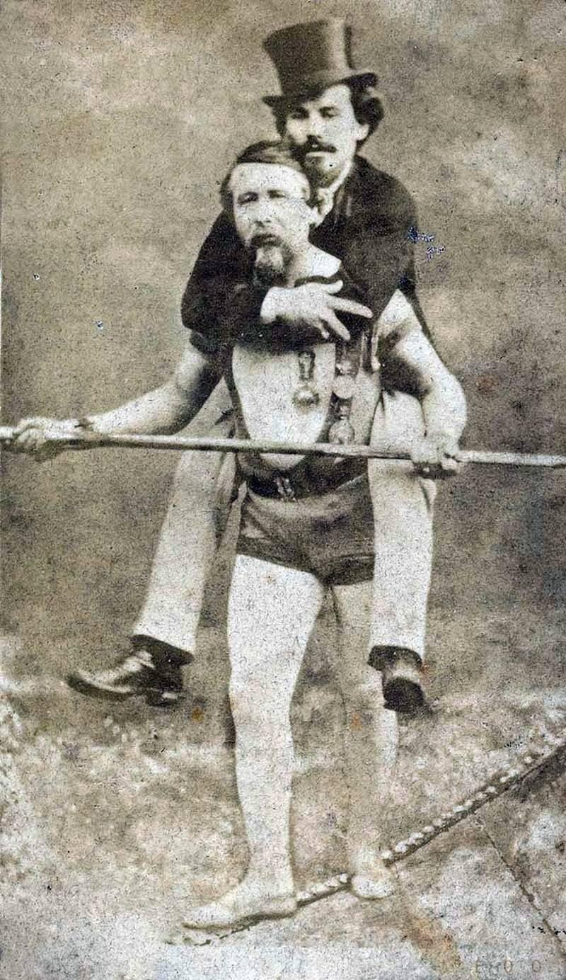 Charles Blondin met zijn manager Harry Colcord op zijn rug