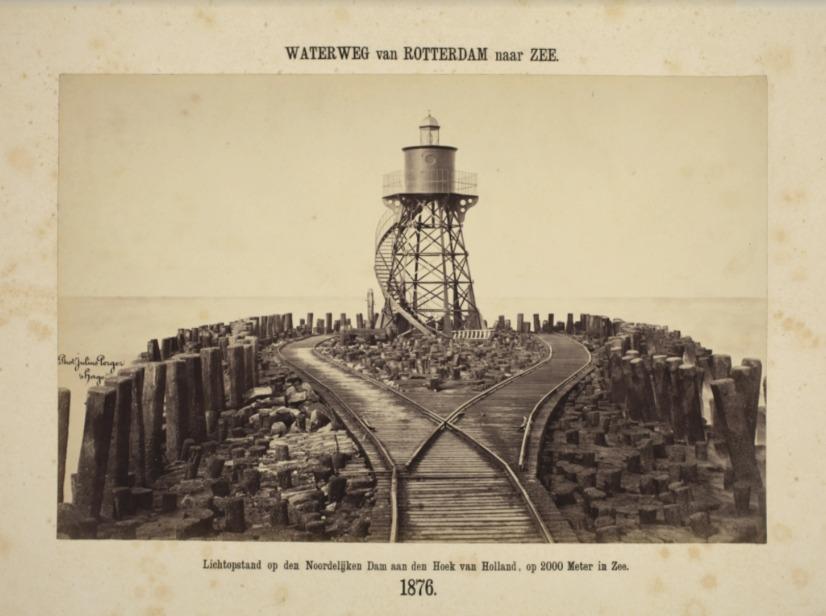 De Waterweg van Rotterdam naar zee (Nieuwe Waterweg). Lichtopstand op de noordelijke dam aan de Hoek van Holland, op 2000 m in zee, 1876. Foto: Julius Perger (Koninklijke Verzamelingen)