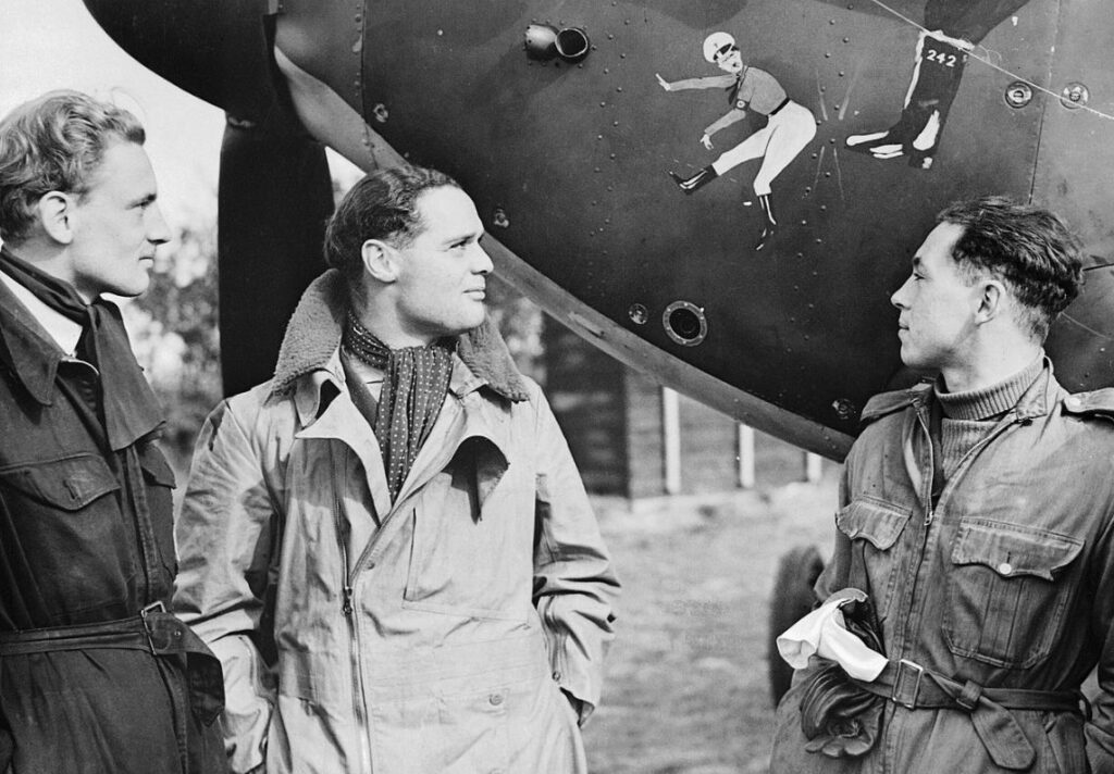 Douglas Bader (midden) met twee leden van zijn squadron, 1940