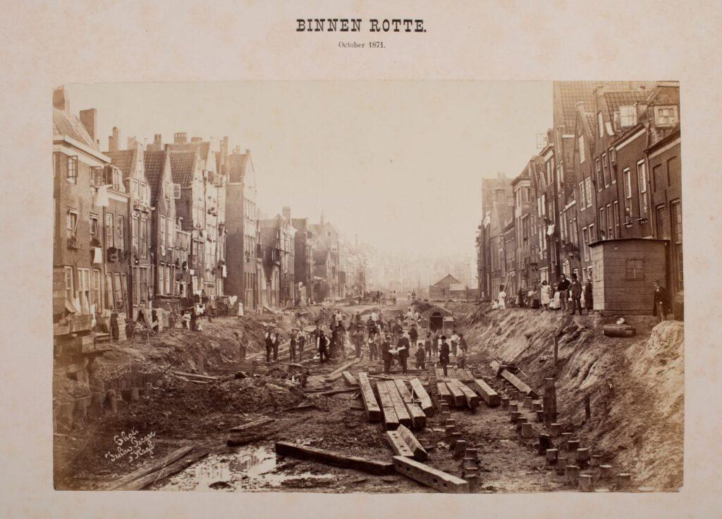 Aanleg van de spoorlijn over de Binnenrotte te Rotterdam, oktober 1871. Ten behoeve van de aanleg diende de Binnenrotte eerst te worden gedempt. De keet voor de polderjongens werd gebouwd op de plaats van het gedempte riviertje. Foto's: Julius Perger (Koninklijke Verzamelingen)