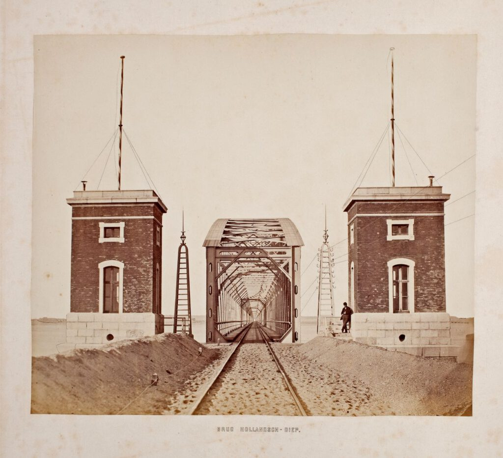 Spoorbrug over het Hollandsch Diep (Moerdijkbrug), ca. november 1871. Foto: Pieter Oosterhuis (Nationaal Archief)