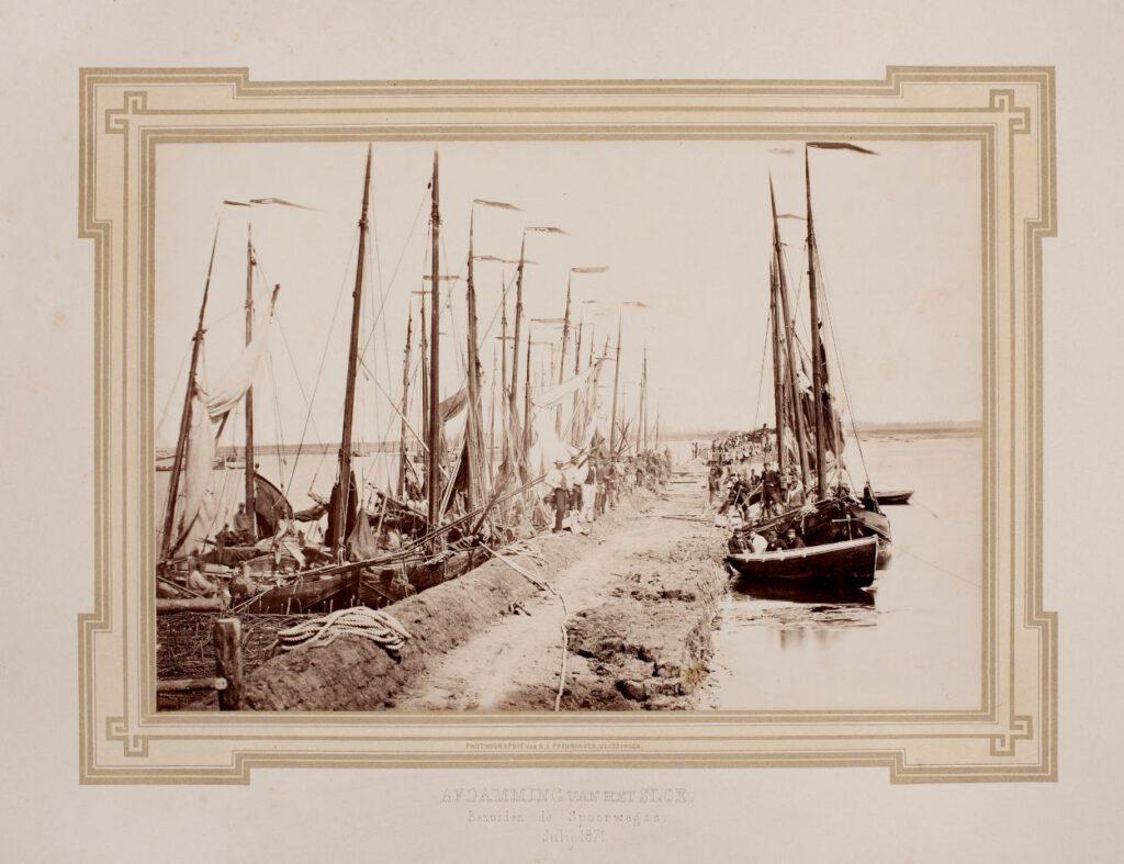 De afdamming en afsluiting van het Sloe bij Arnemuiden ten behoeve van de aanleg van een spoor- wegverbinding naar Vlissingen, ca. 1871. Foto: A.L. Preuniger (Koninklijke Verzamelingen)