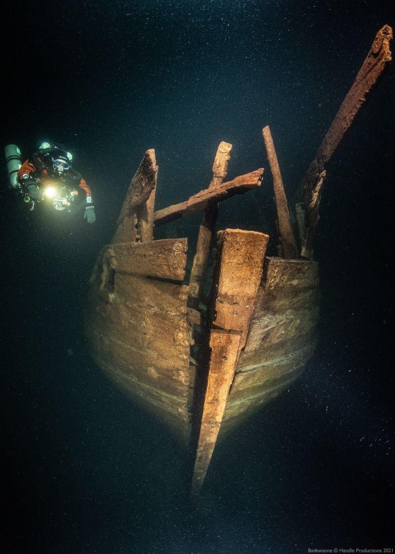 Een duiker bij het wrak van het zeventiende-eeuwse fluitschip